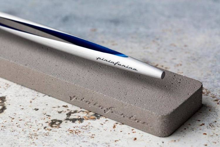 PININFARINA Segno Ethergraf® Aero z niebieskimi dodatkami